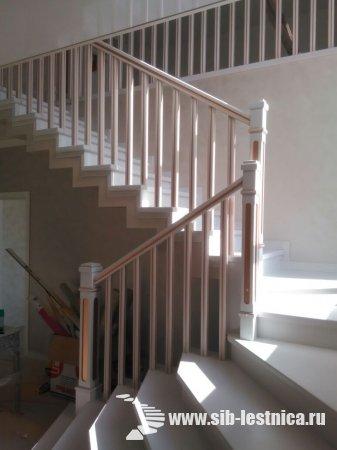 Белая лестница с золотом на заказ