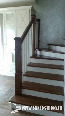 Уютная деревянная лестница из массива березы