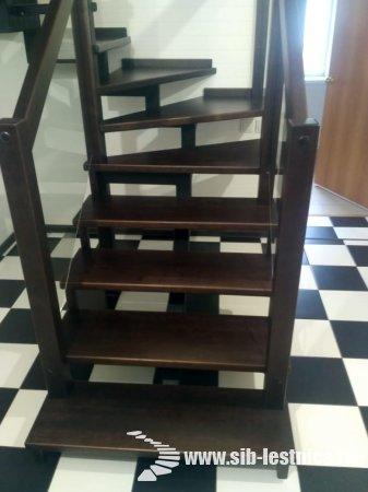 Современная лестница на металлическом косоуре