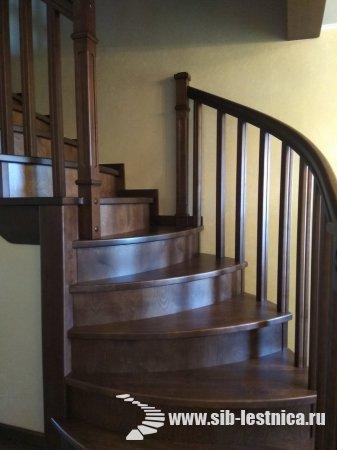 Деревянная лестница с поворотом на 90 градусов.