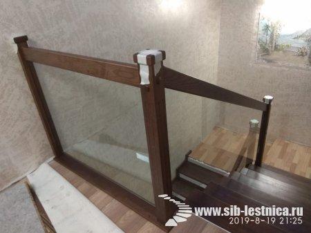 Лестница из ясеня в сочетании со стеклянными перилами